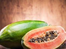 przepolowiony-owoc-papai-na-drewnianej-desce-341950-article