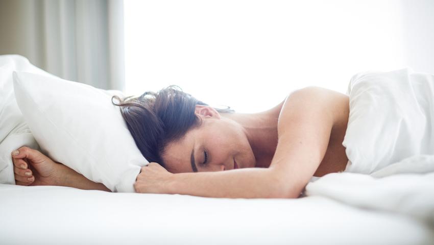 Na ktorym boku spać by schudnąć