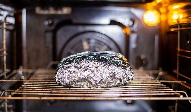 Folia aluminiowa wrogiem numer jeden w kuchni