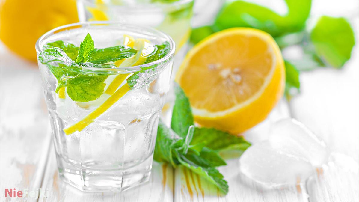 Woda z cytryną o poranku. Jakie niesie ze sobą korzyści?